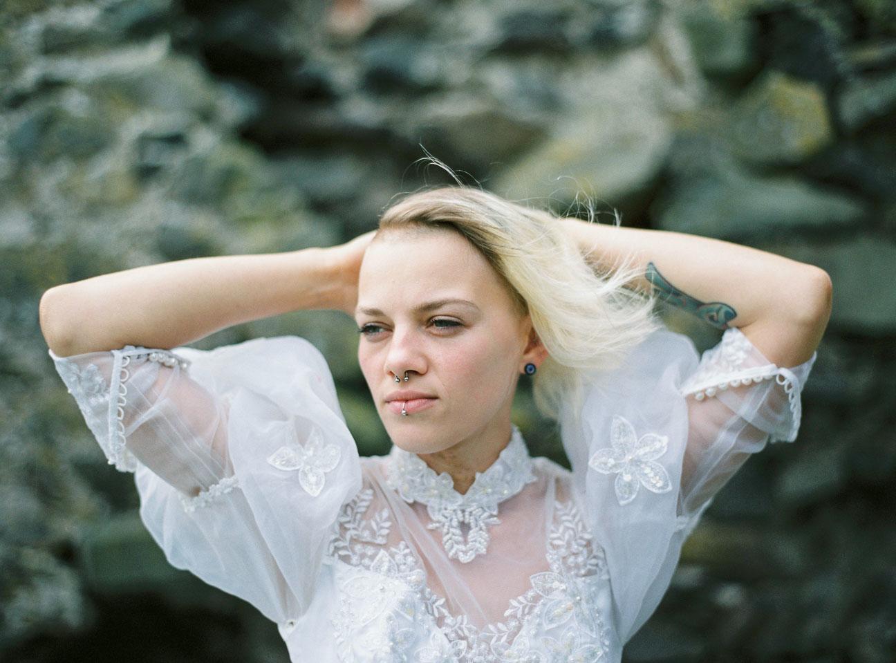 vestido de novia en el bosque (1)